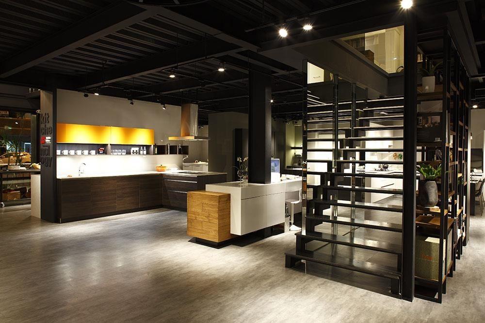 雅登廚飾台南店以輕工業風的簡潔俐落,襯托廚具特色。