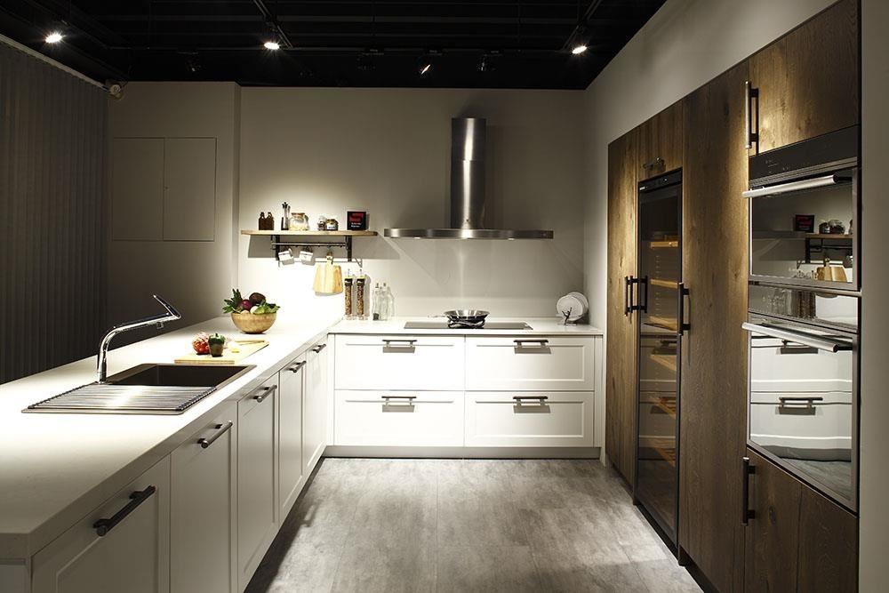 廚具設計講究客製化,雅登廚飾台南店以寬敞展示空間,規劃不同風格與機能的廚房設計。