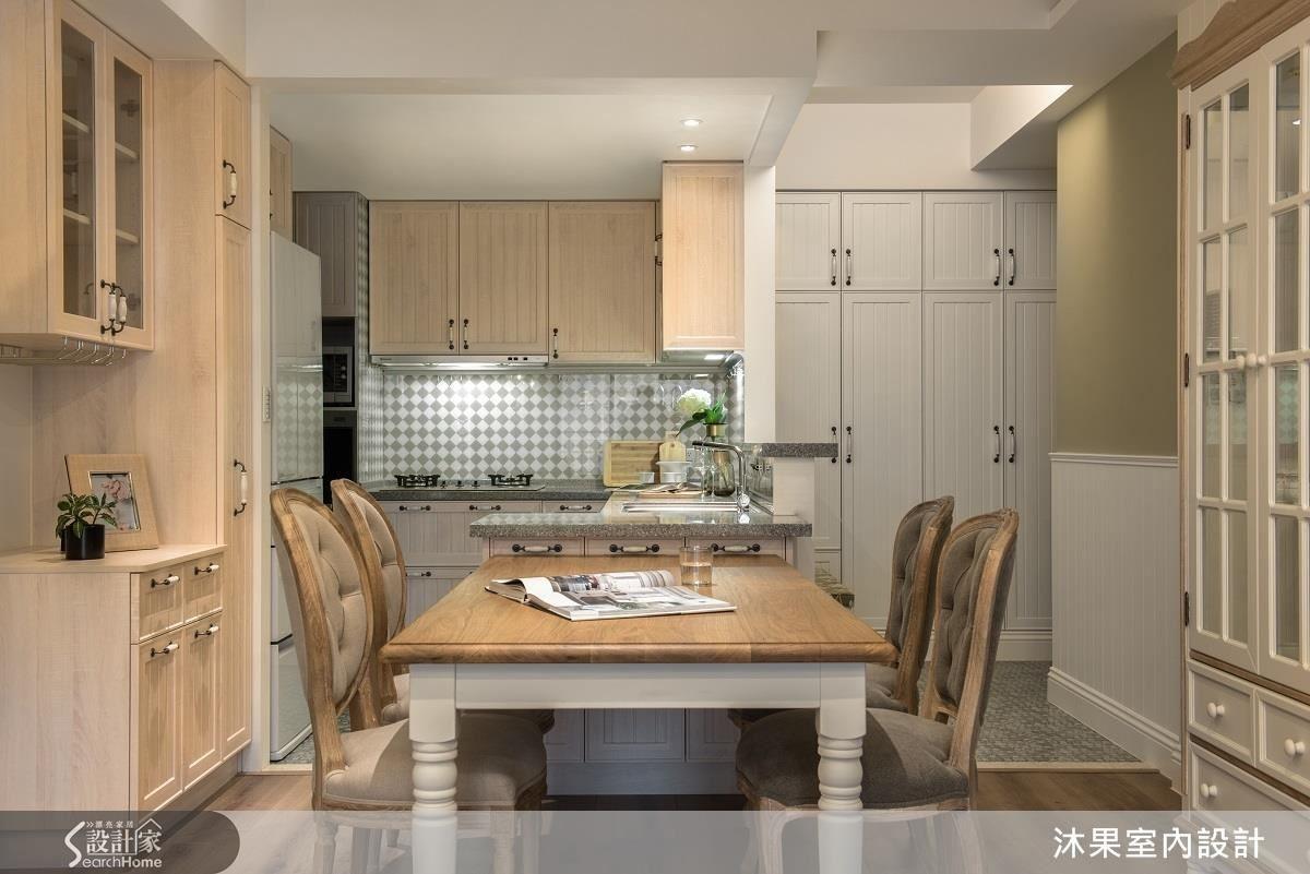 拆除原先吧台並與改造過後的流理台整合,讓用餐空間更加寬裕。