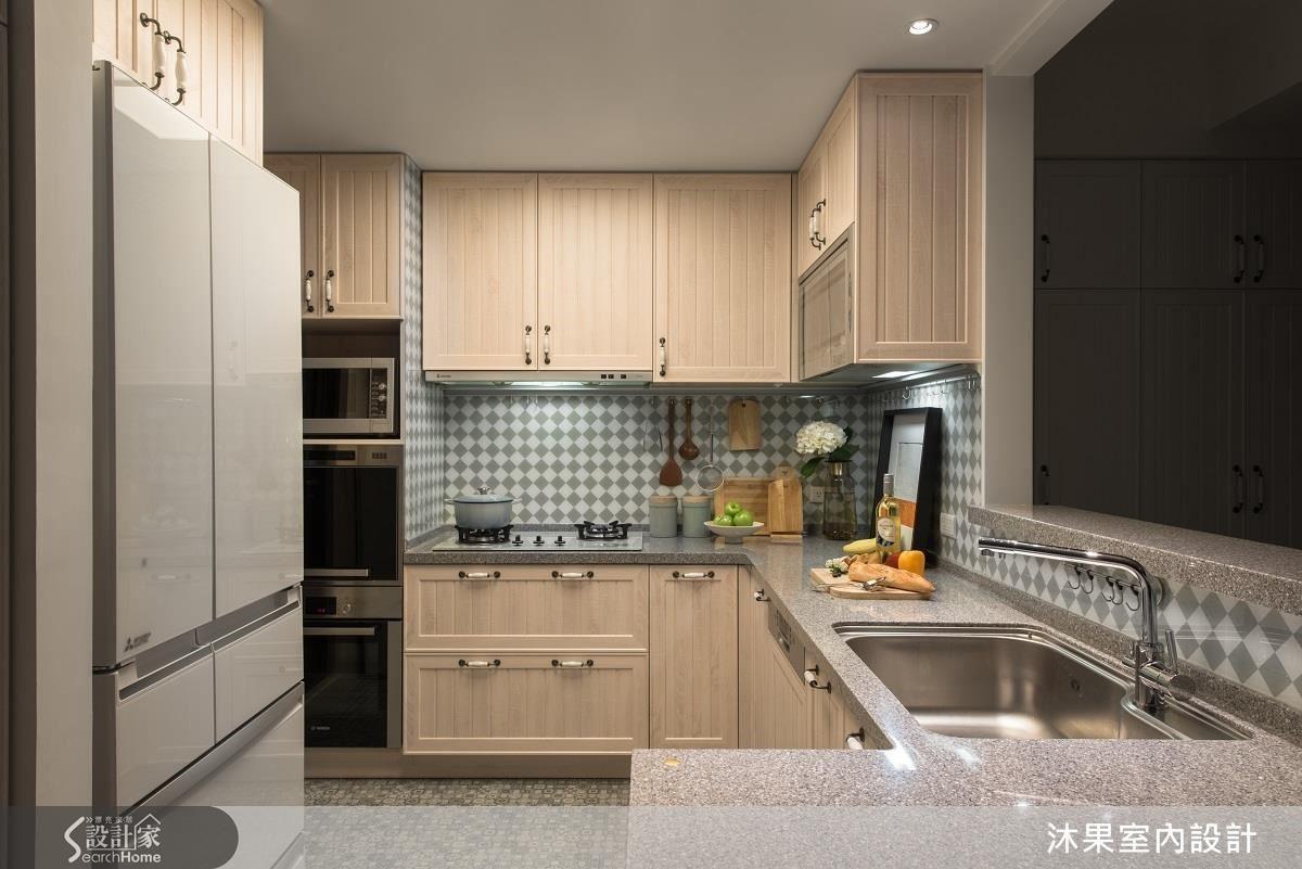 設計師增設烤箱、微波爐、洗碗機等設備,並拆除原先側邊櫃體,重新規劃為放置冰箱的多功能櫃。