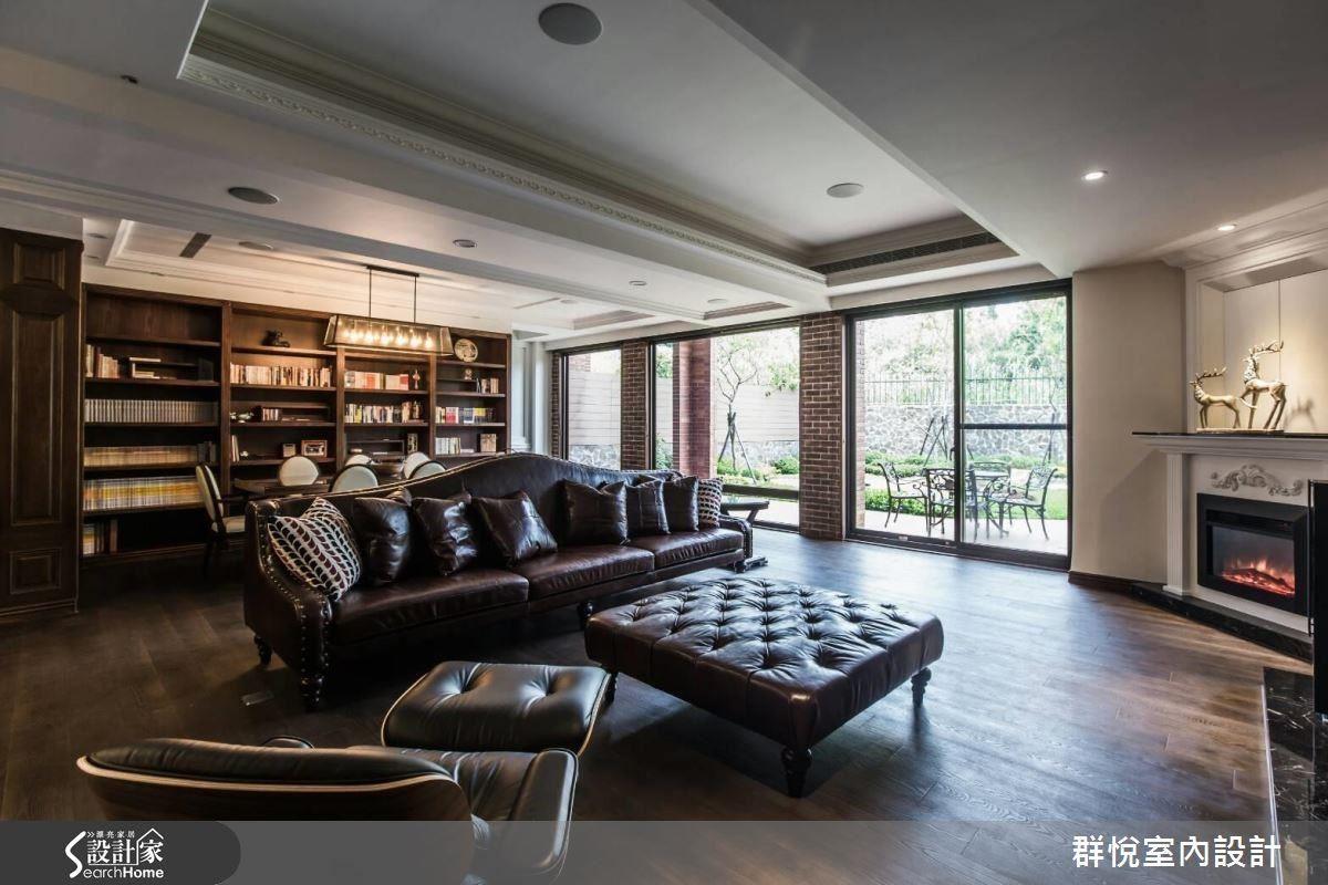 依照空間比例訂製的深咖啡皮沙發,襯托出空間的大器,反映男主人的氣質。