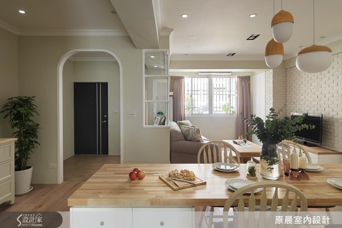 兩個人共同生活的家,女屋主希望許多事情都可以兩人一起做。所以餐桌很大,與客廳沒有隔閡,夫妻隨時可以在同一個空間中,好好過生活。