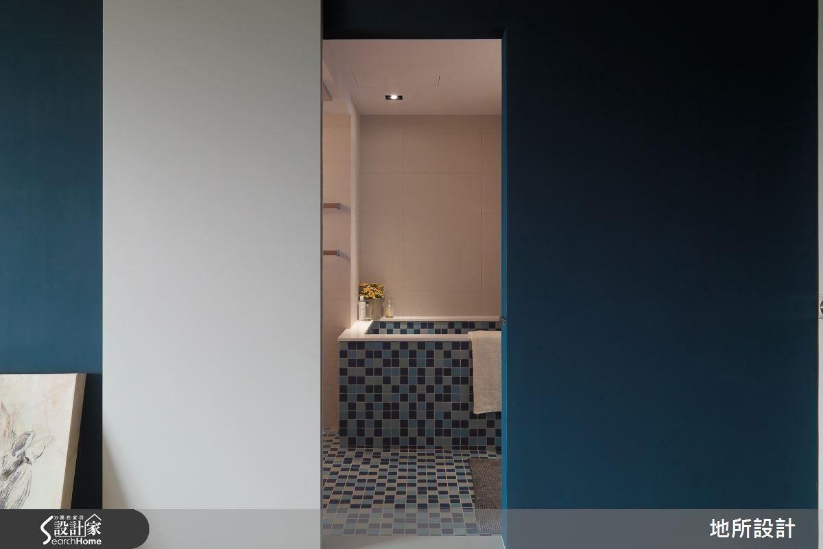 衛浴空間:藍色的馬賽克磚,由平面往立面延伸,有如從地面長出來的游泳池。