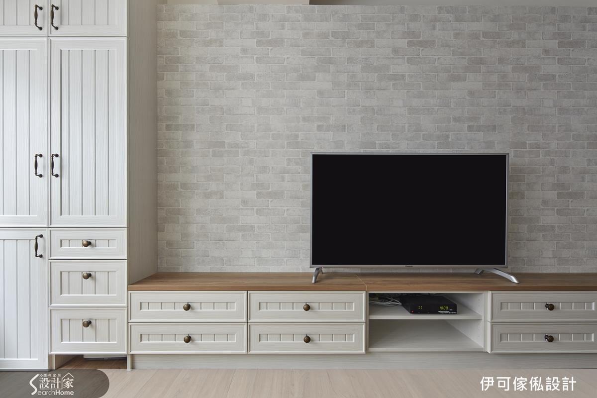 林育如設計師在空間中注入一些北歐風的元素,電視背牆以文化石壁紙鋪陳,延伸木作線板讓櫃體一字型拉到門口,藉由延伸面拉大空間視野。