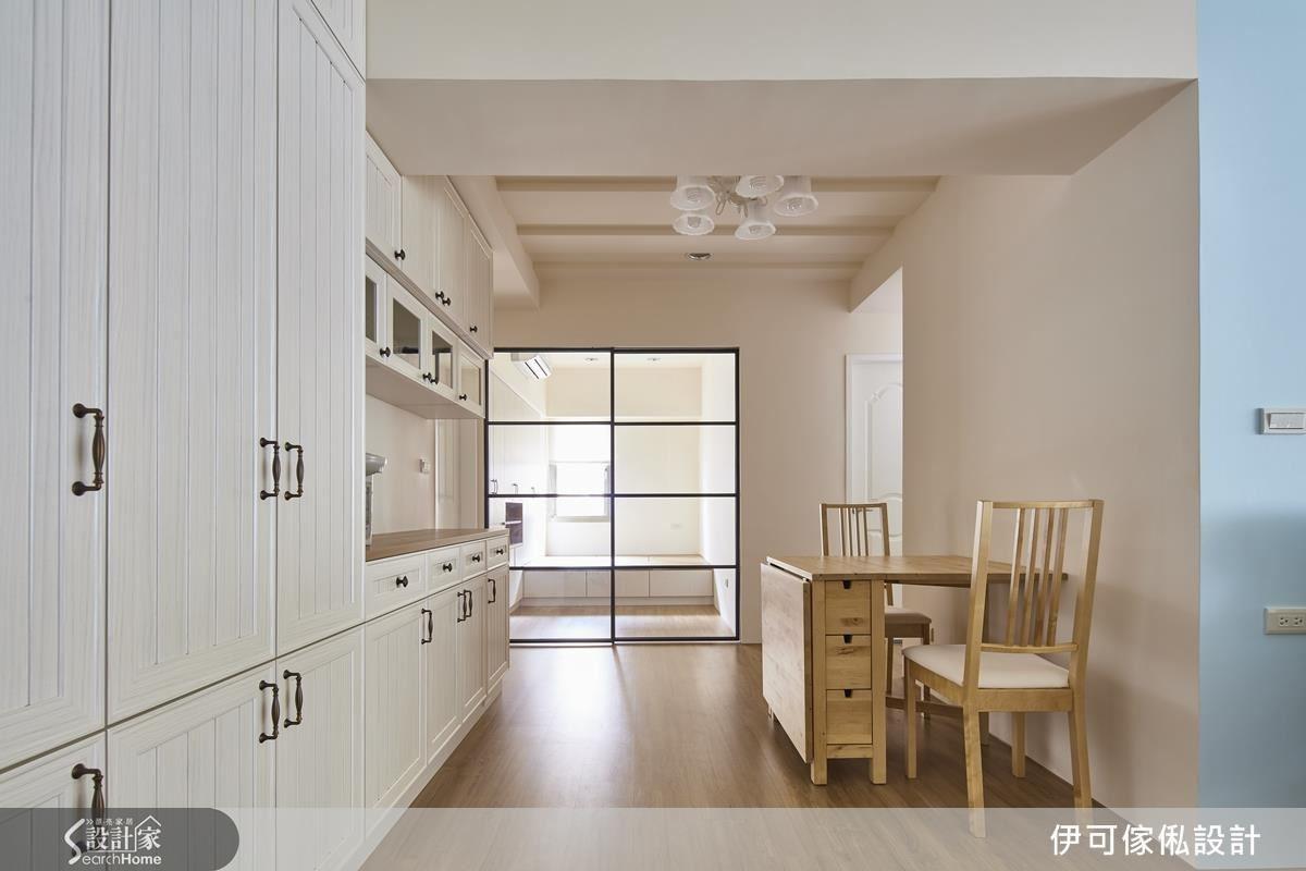 在餐廳一側延伸的收納櫃,藉由櫃體設計拉出一個備餐檯,用餐時方便用。