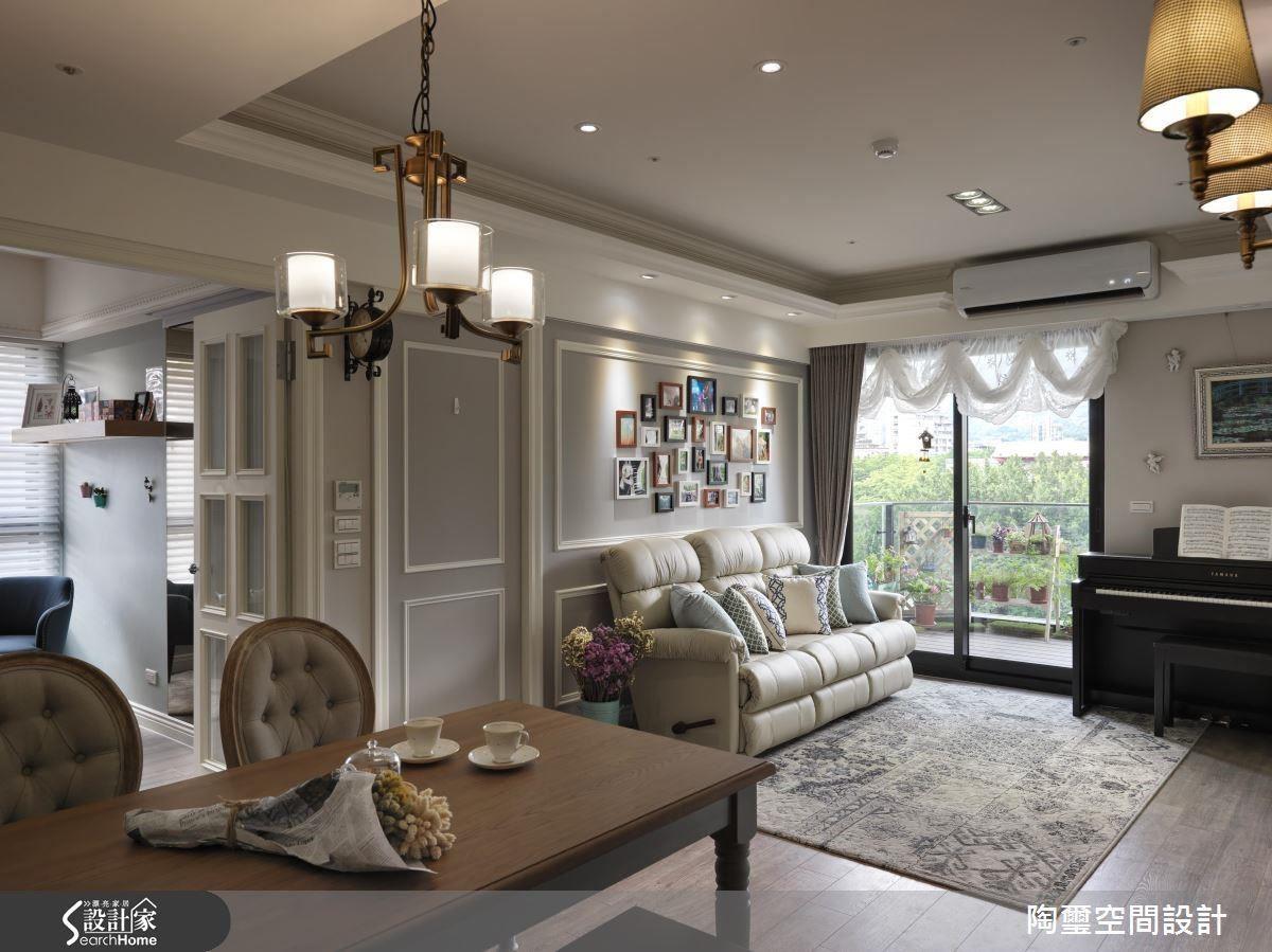 沙發背牆繪上女屋主喜愛的粉藕色,再利用純白線板框線佐飾,與具古典感的金屬燈具,營造出優雅又溫馨的生活感。