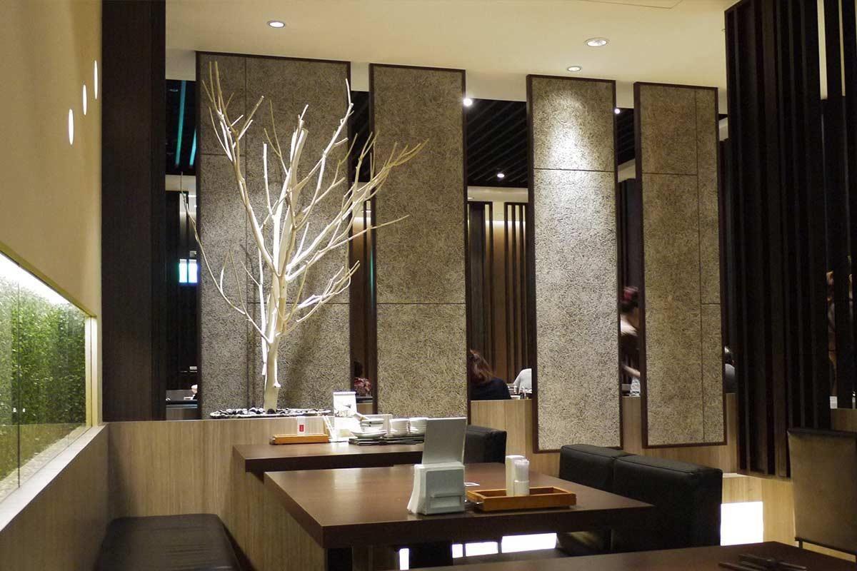餐廳類的商業空間每天都有多人次的進出,而且停留時間也普遍較長,使得降噪及保持清晰的語音度成為室內舒適度的一大考量。