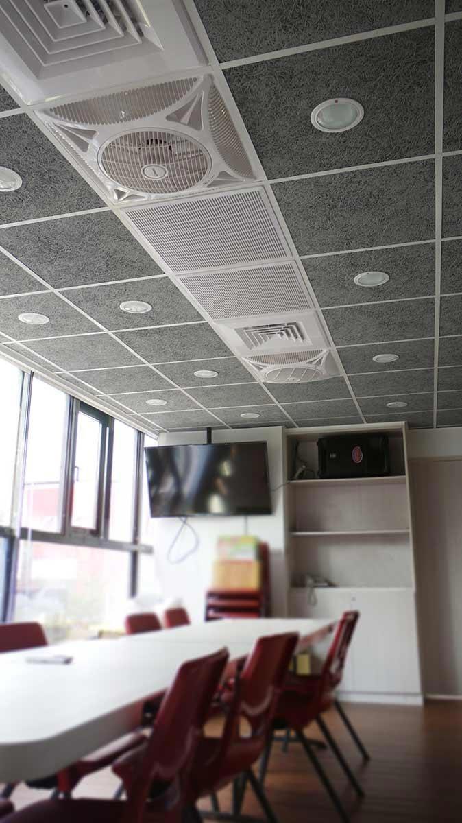 以室內設計需求作為出發,具有多尺寸選擇的美絲吸音板,可與輕鋼架、通風扇、空調、嵌燈等彈性整合,兼具實用性與設計感。