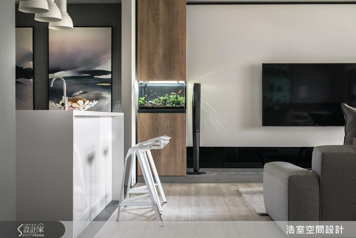 客廳以簡約設計,運用了中性色的灰階、茶色軟件及清水模、淺色木質超耐磨地板做搭配,創造出寬闊明亮的視野。