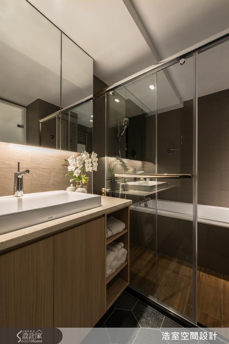 邱炫達設計師以六角及木紋磚來區分主浴的乾濕空間,帶出精品飯店的質感。