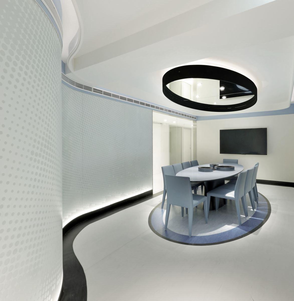 會議室則是以單一卵形,讓空間氛圍穩定下來。