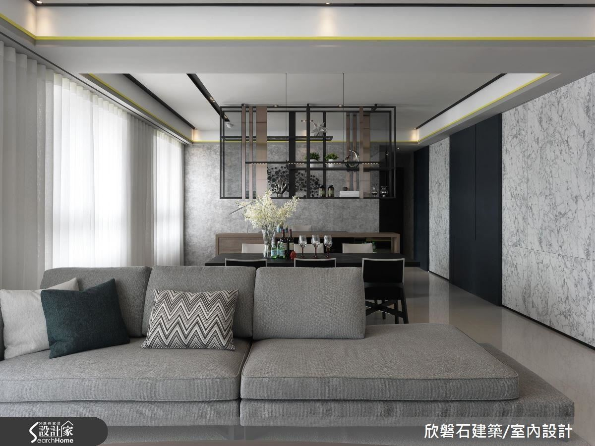立面之外,開放通透的客、餐廳與書房,以鐵與鈦金屬吊櫃營造視覺穿透焦點,放大空間也顯現出豪宅氣度。