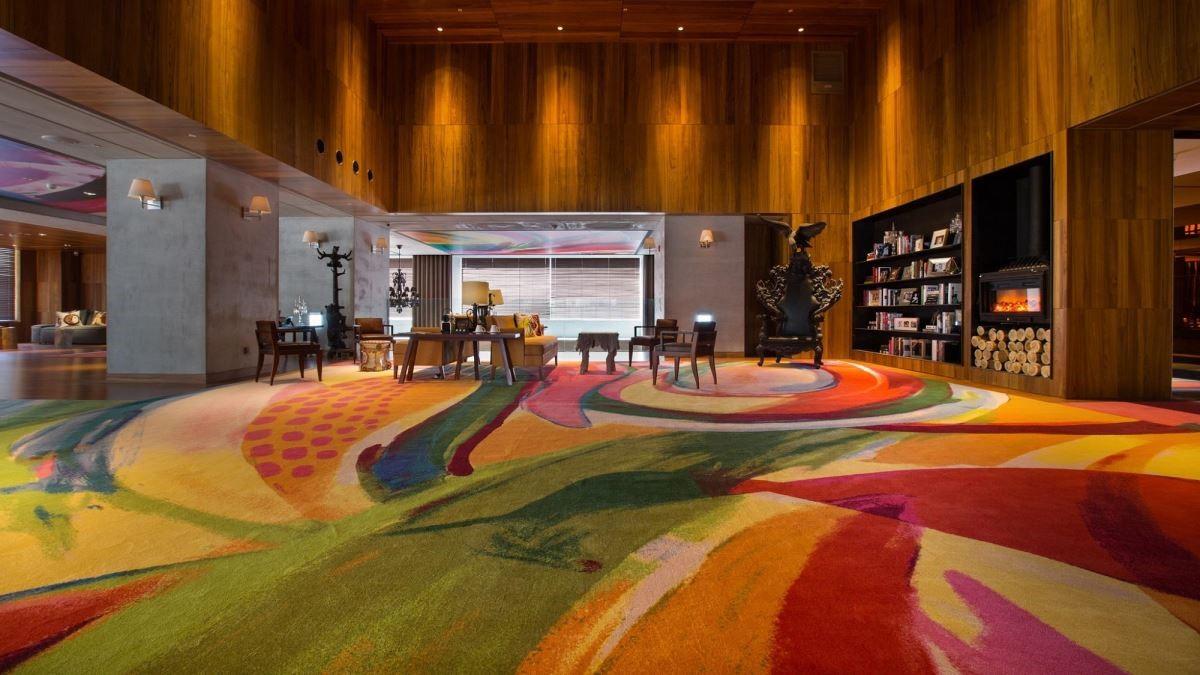Philippe Starck 與曲家瑞聯合設計的大堂地毯成為空間中的主視覺,以法式融合台灣味的意涵,讓人耳目一新。(圖片提供:S Hotel)