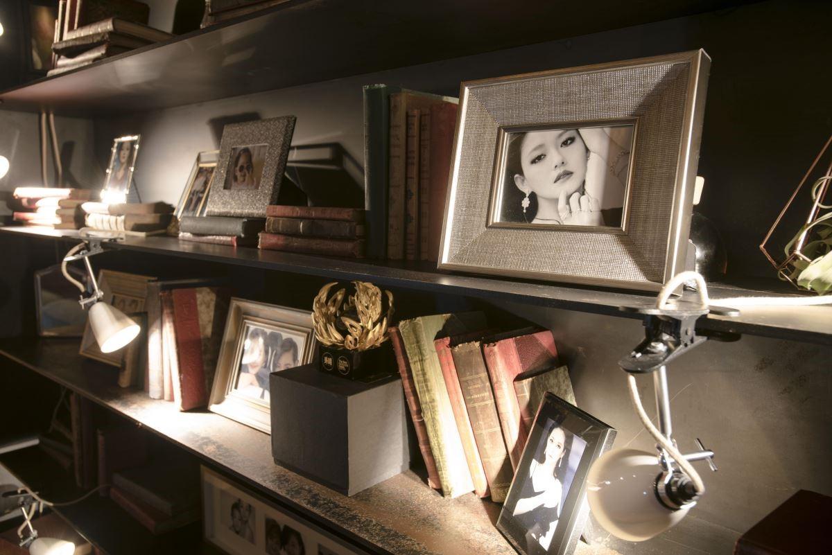 書架上擺放大小 S 的裱框照片,宛如真的到了大 S 家做客的感覺。(攝影:沈仲達)