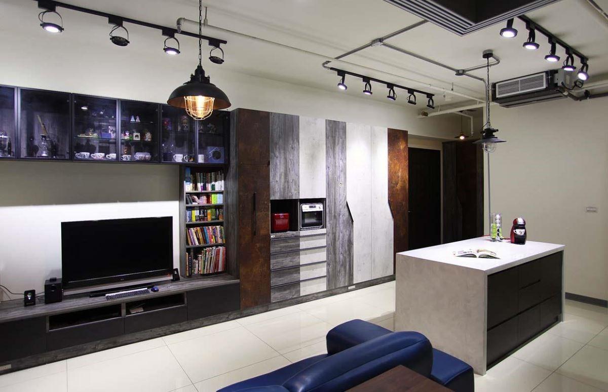 這是設計師的家,仿鐵鏽、水泥質感搭配深木紋的櫃體,凸顯出工業風的粗獷與自在。