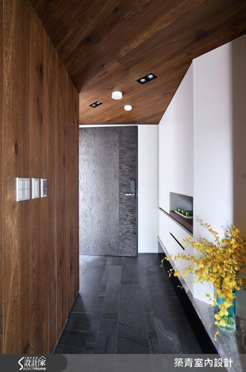 本案玄關地板在客變時辦退,改為具有止滑效果仿石材磁磚,維護家人的出入安全。