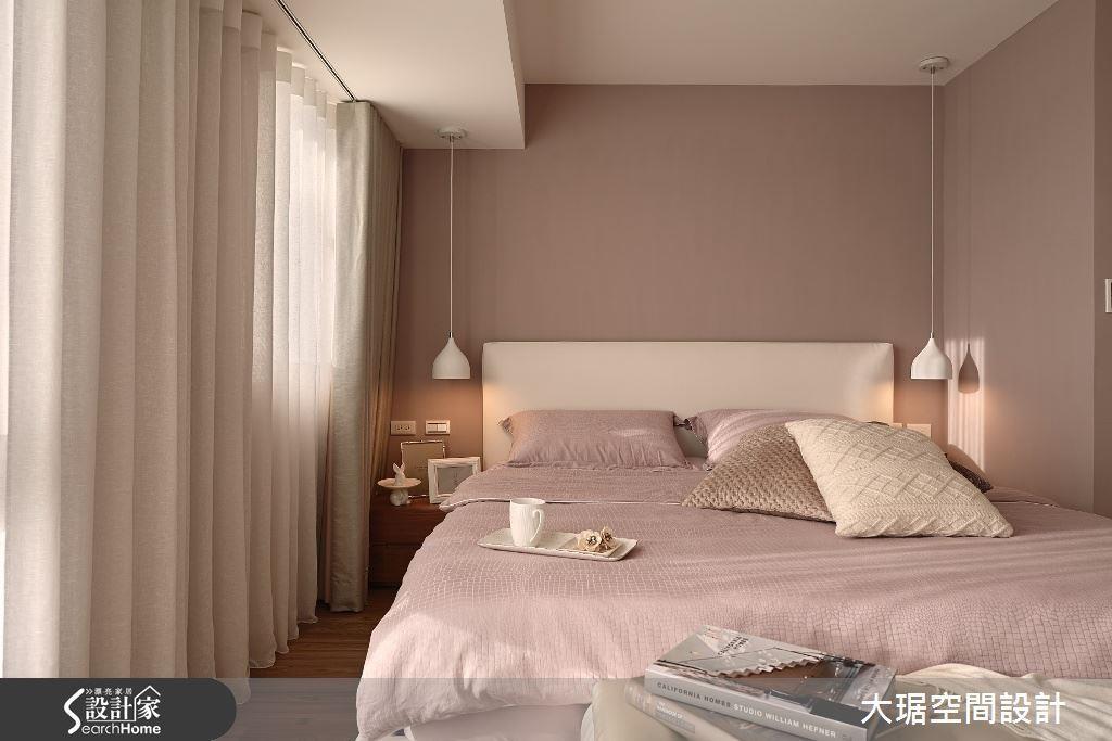床頭避開壓樑,設計為吊燈所在,巧妙化解風水問題。