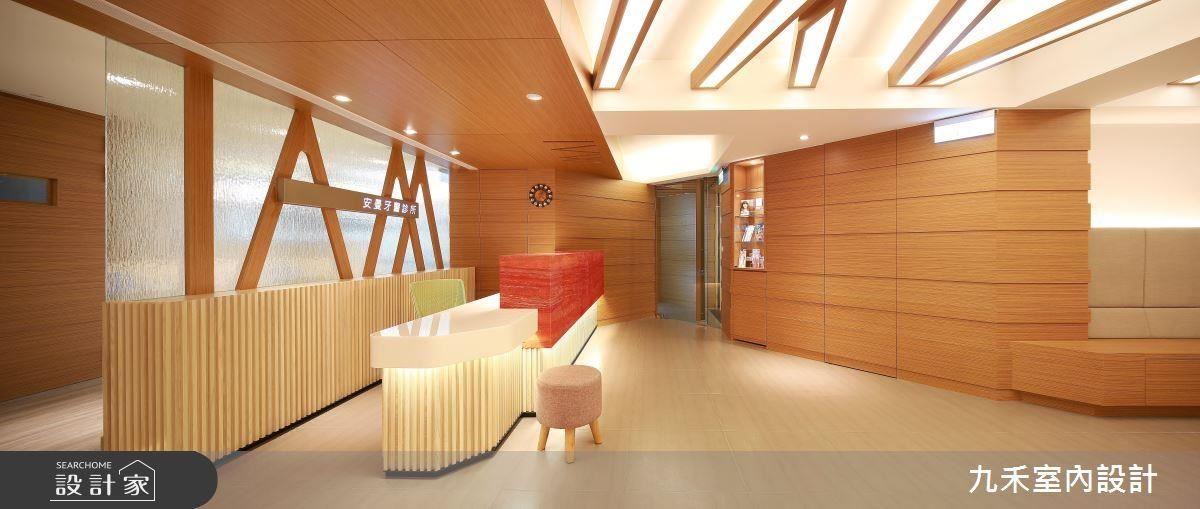 運用木質、光影層次,型塑明亮寬敞且帶溫暖的候診空間,提供病患一無壓的診療環境。