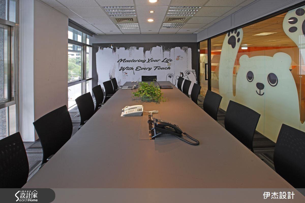 藉由大熊標誌圖案的點綴,結合主牆大圖輸出,營造充滿趣味的辦公氛圍。