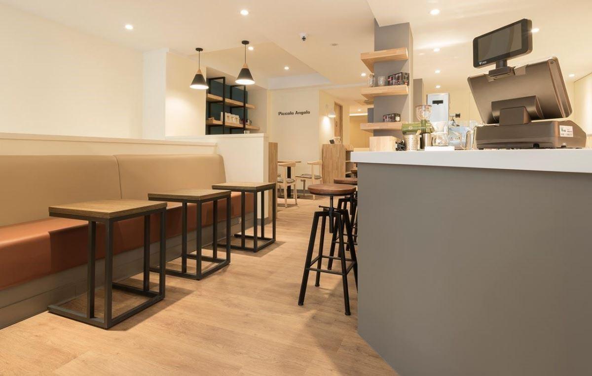 塑膠地板造價相對親民,高階產品 Green-flor 厚達 55 條的耐磨層,可長年因應商業空間的頻繁使用率 ( 圖片提供_ Piccolo Angolo 角落咖啡)。