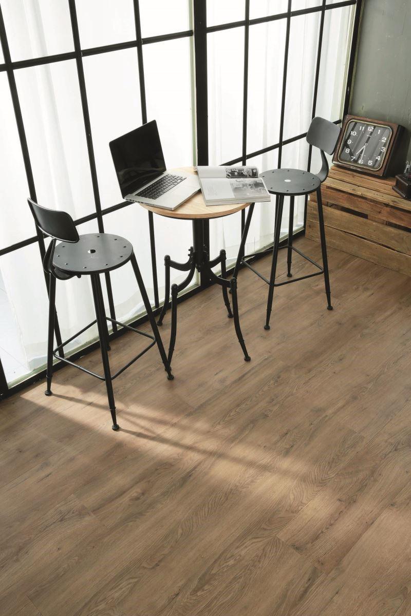 特殊印刷技術降低了板材的花色重複比率,讓大面積的 PVC 木紋地板也能看來生動又自然。