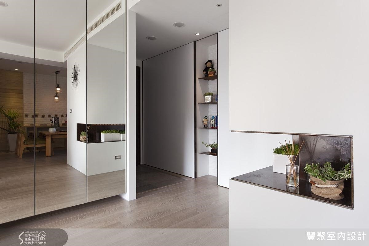如果鞋子眾多,除了利用儲藏櫃體區隔玄關空間,在櫃面貼上鏡面也能放大空間。