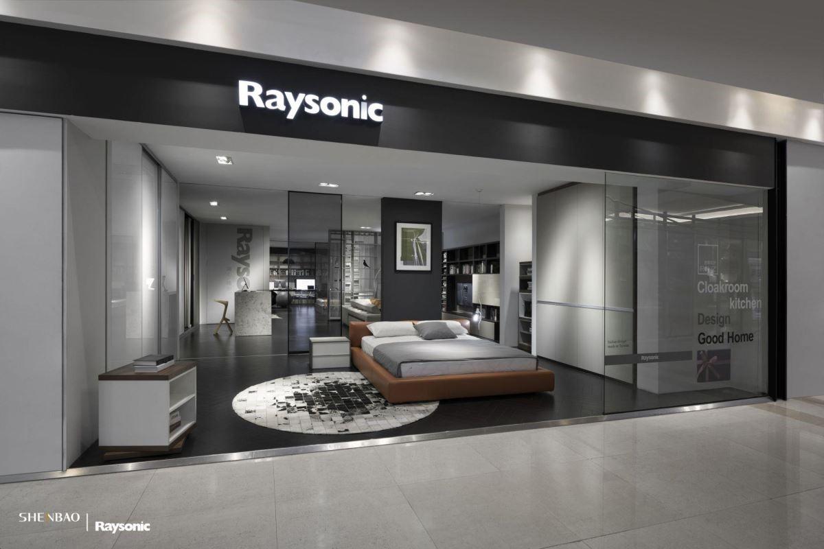 伸保 Raysonic 秉持國際品牌在地化經營,在入門處即以訂製家具最具代表性的衣櫃作為展示,(左)移門衣櫃、(右)折疊衣櫃,讓消費者一目了然。(圖片來源:伸保上海 – 真北店)
