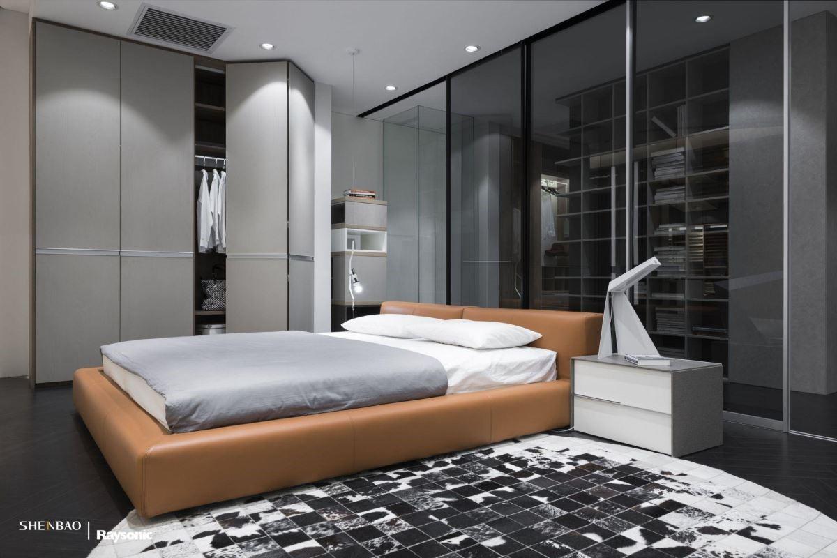 低彩度的灰色,是近年國際間甚為討喜的顏色,給人靜謐、安心的感覺,透過亮橘色的床組挑色做點綴,讓消費者進入展示空間時,心情也能沉澱下來,身歷其境家的感覺。(圖片來源:伸保上海 – 宜山店)