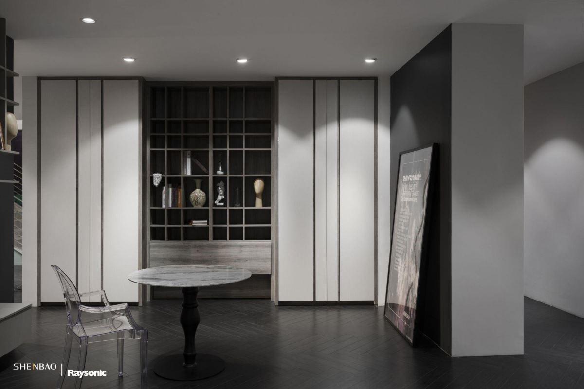 衣櫃兼展示櫃,充分將線條的美感體現出來。粗細相間的線條,隱藏的是衣櫃的無痕把手,溝槽把手的設計概念,雅致又能有效利用空間。(圖片來源:伸保上海 – 宜山店)