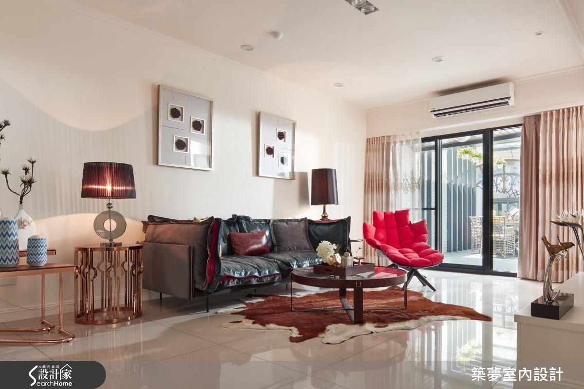重視風水的屋主,連家具擺設、材質和色調的選擇都十分講究,因特定位置需要紅色元素,但若是在牆面上漆上紅漆,會顯得十分突兀,設計師了解深入業主需求後,轉化為具時尚感的沙發單椅,同時符合美感和屋主期待。