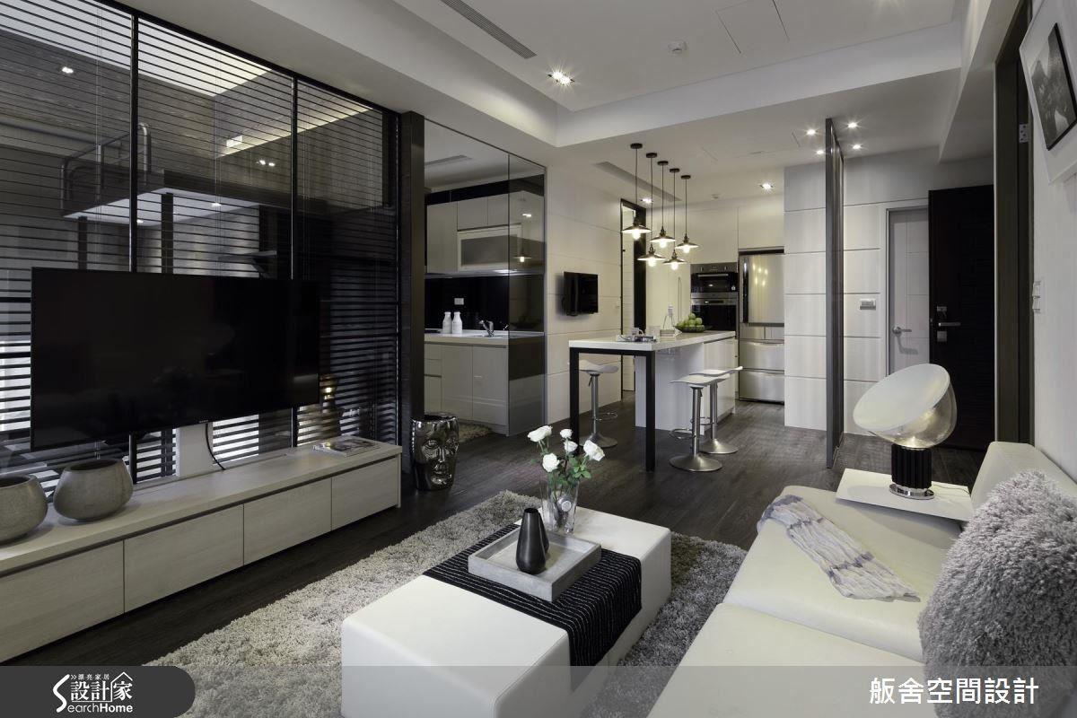 從客廳的視角可以看到廚房、中島,以及小孩房,利用開闊通透的視野,讓空間看起來變更大。
