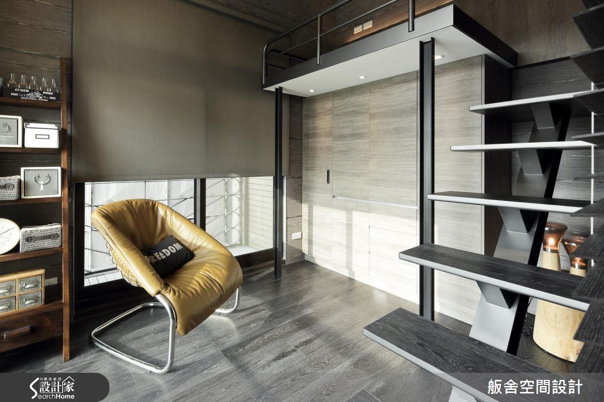 雖然整體坪數較小,但因為房屋高度足夠,在小孩房的部分,設計師將床的位置移到上方,釋放出大部分的空間作為日常活動的使用,足以擺下衣櫃、書桌、櫃子和椅子,雖然房間實際空間不大,卻不會覺得很窄迫。