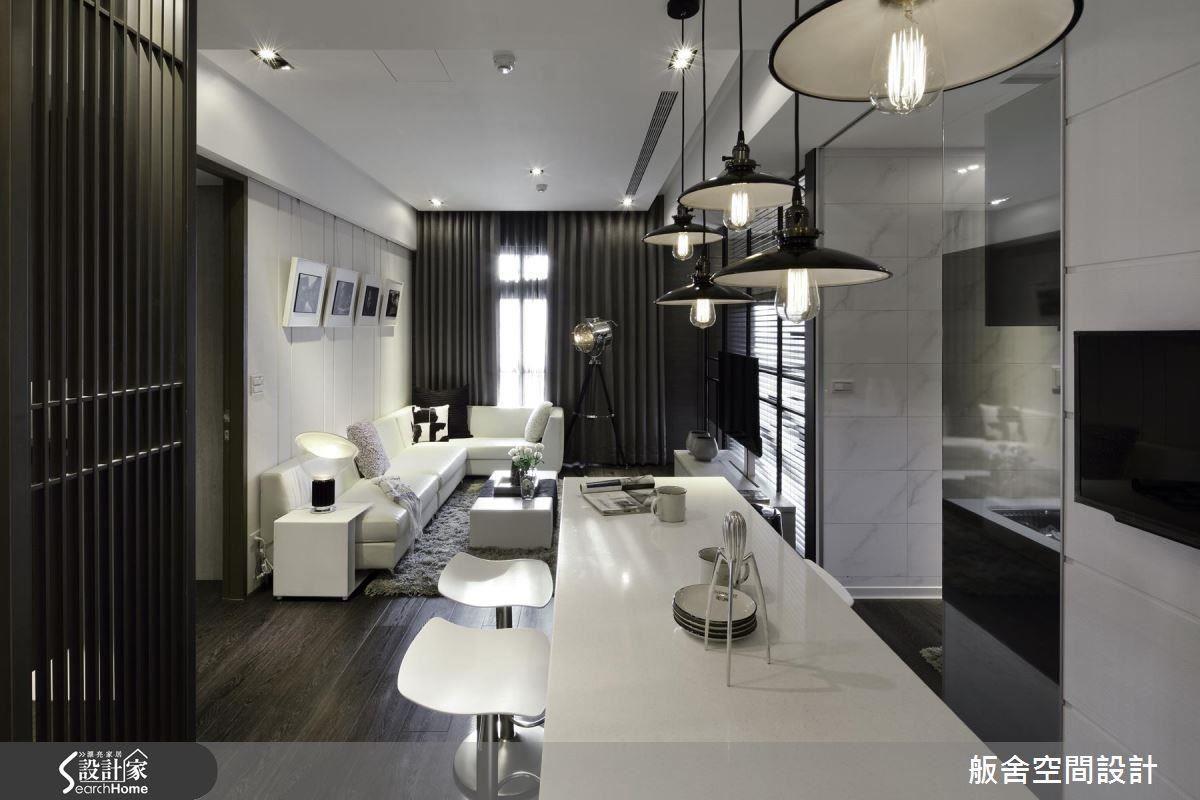 設計師利用客廳處空心柱所產生的畸零空間,進行收納用途,例如擺放行李箱、球具,以及居家修繕的收摺梯等等,更有效地發揮坪數效益。