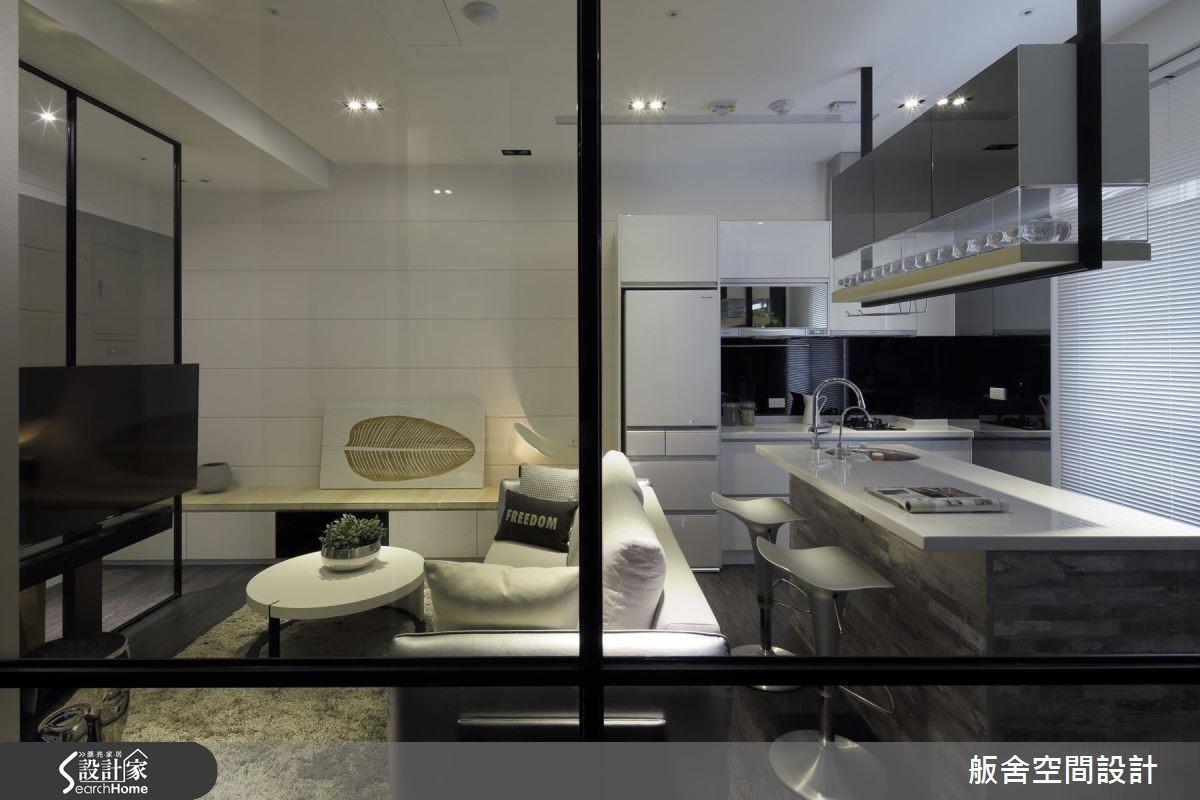 16 坪的小宅,設計師在玄關和書房運用大量的穿透性材質,讓空間感更加放大和具有層次感,但若只使用玻璃材質,容易感到沒有安全感,因此加入金屬框的結構,也能從細節處表現時尚美感。