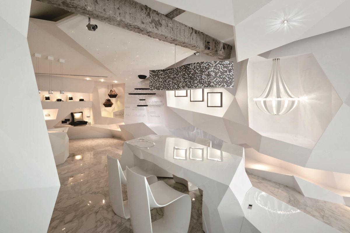 以全白的設計語彙延伸,打造前衛時尚的燈飾場域/燈籠。