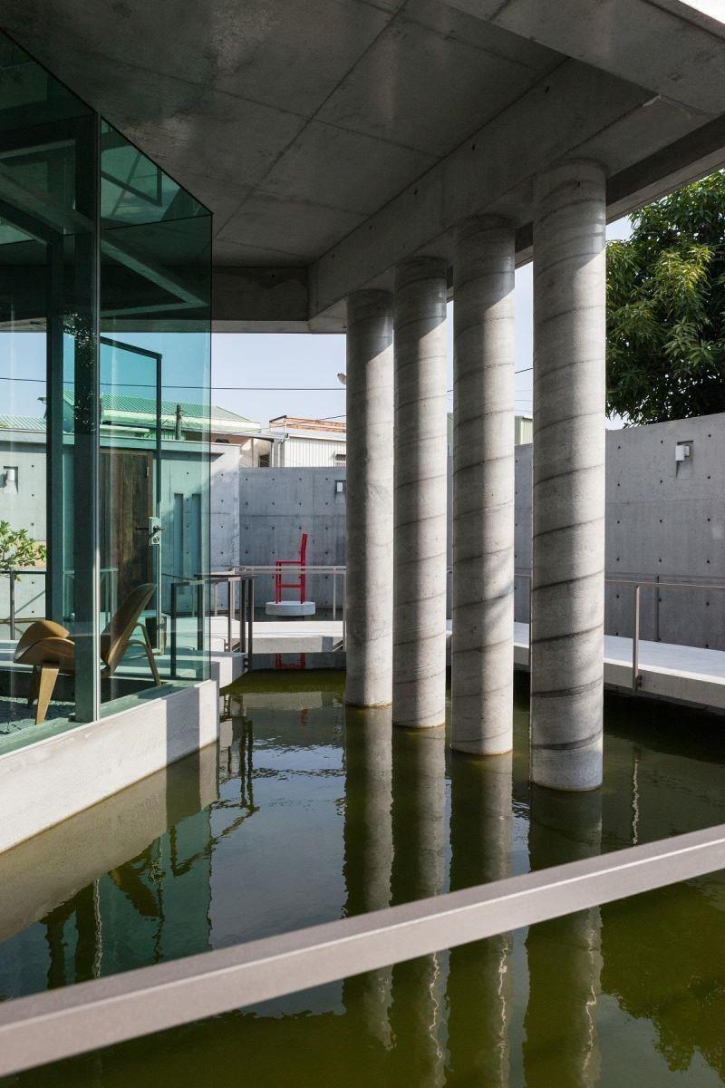 建造在水面上的金毛屋,讓自然生態環繞。
