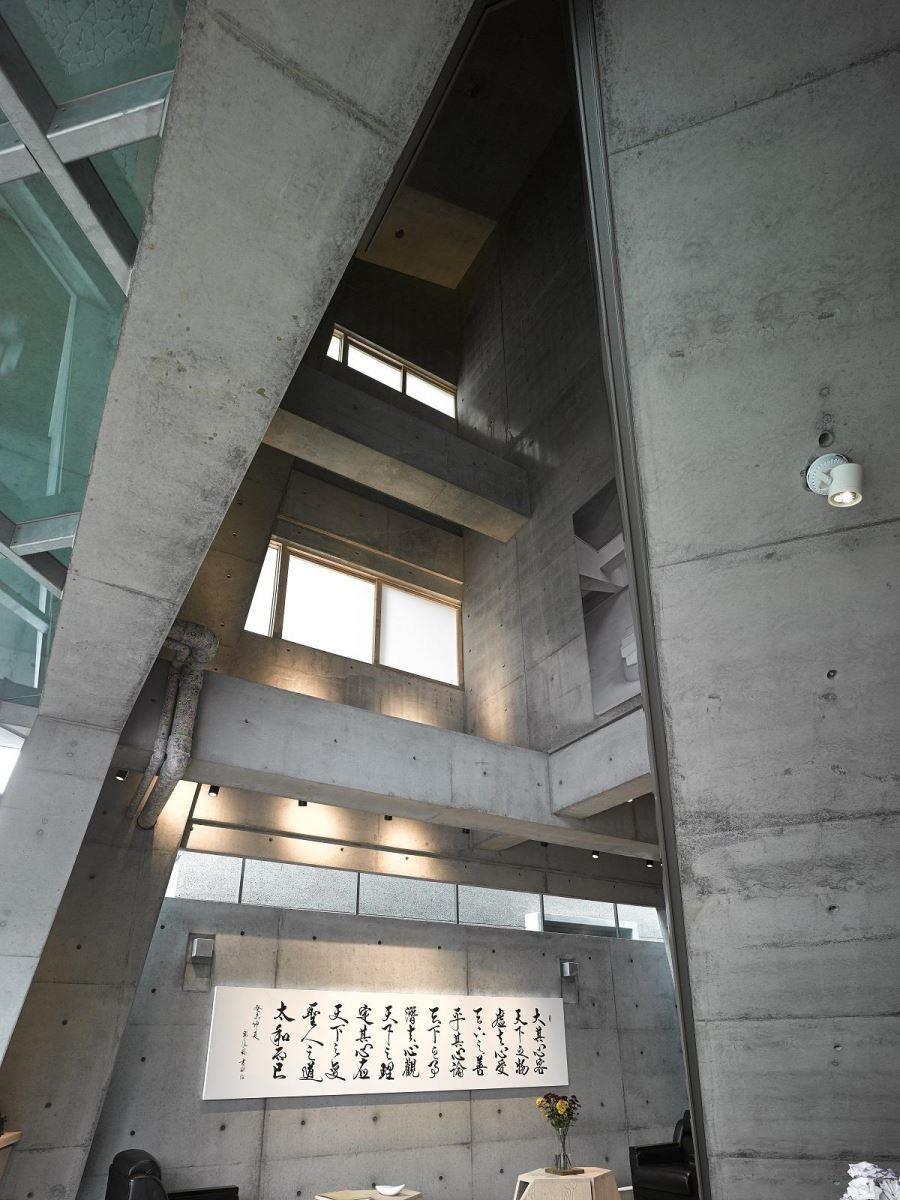 斜型的建築讓人不自覺抬頭仰望,如走進教堂一般。