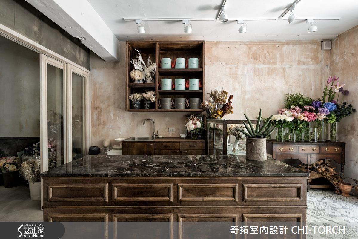 具有仿舊刷色質感的矮木櫃,便很有法式風格的浪漫懷舊感,另外也可以再利用大理石材質的檯面,加入一些高級精緻感。