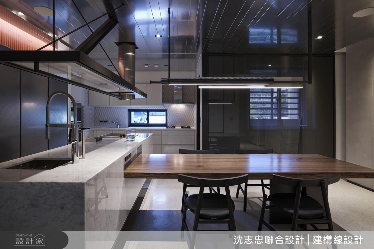 熱炒區與輕食區能以玻璃拉門做隔間,平時則為開放式空間。