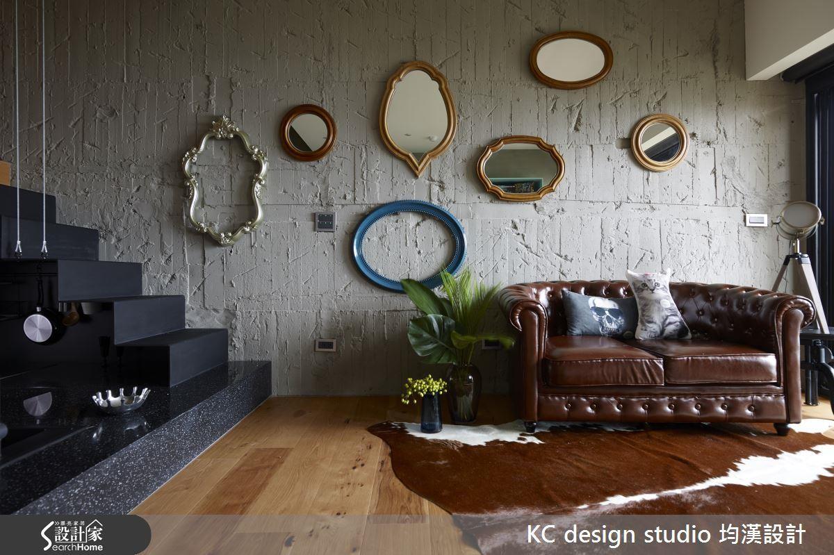 大膽的鏡面與畫框讓牆面綻放生命力。
