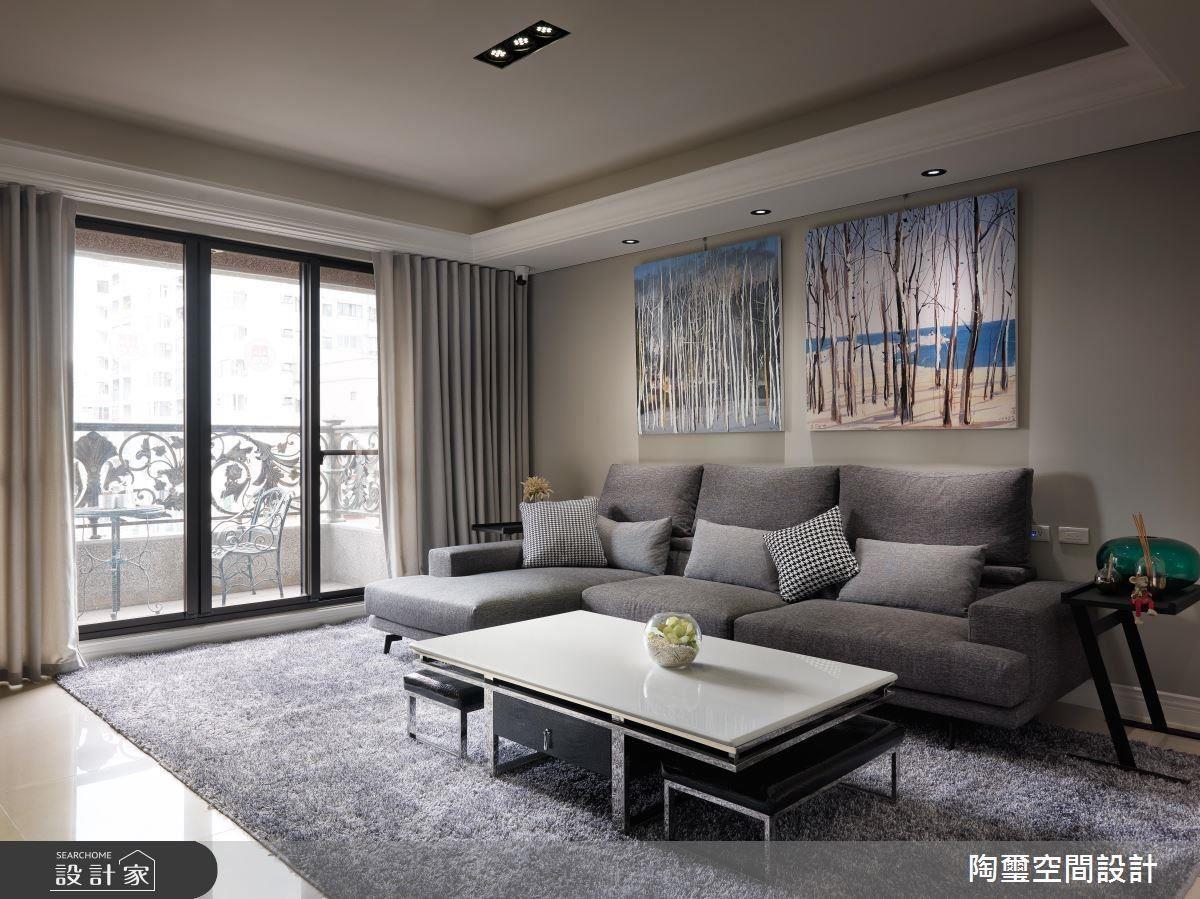 以簡約耐看的淺灰色作為主色調,走進客廳便能放鬆、沉澱心緒,也完美襯托出藝術畫家吳冠中筆下的四季變幻。