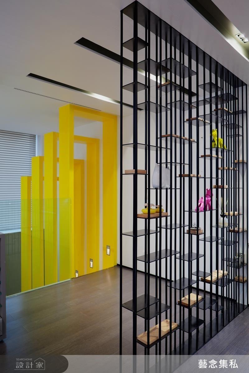 將玄關的隔屏以鐵件、台灣檜木製作成裝置藝術,讓家中無處不是精彩畫面。