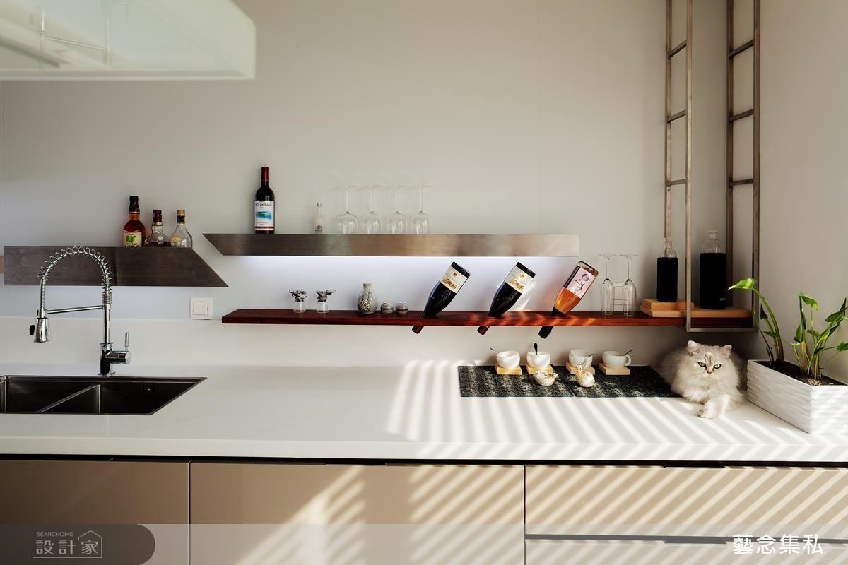 為家庭成員著想,完成心中的想望,並利用設計師的專業,將既有存在的物件藝術化,讓廚房牆面更富藝術色彩。