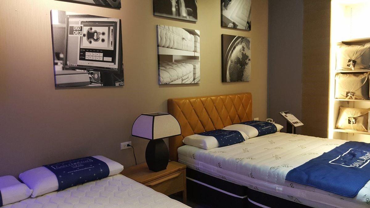 聖洛倫索的各營業據點裡,有多張床墊可供試躺。