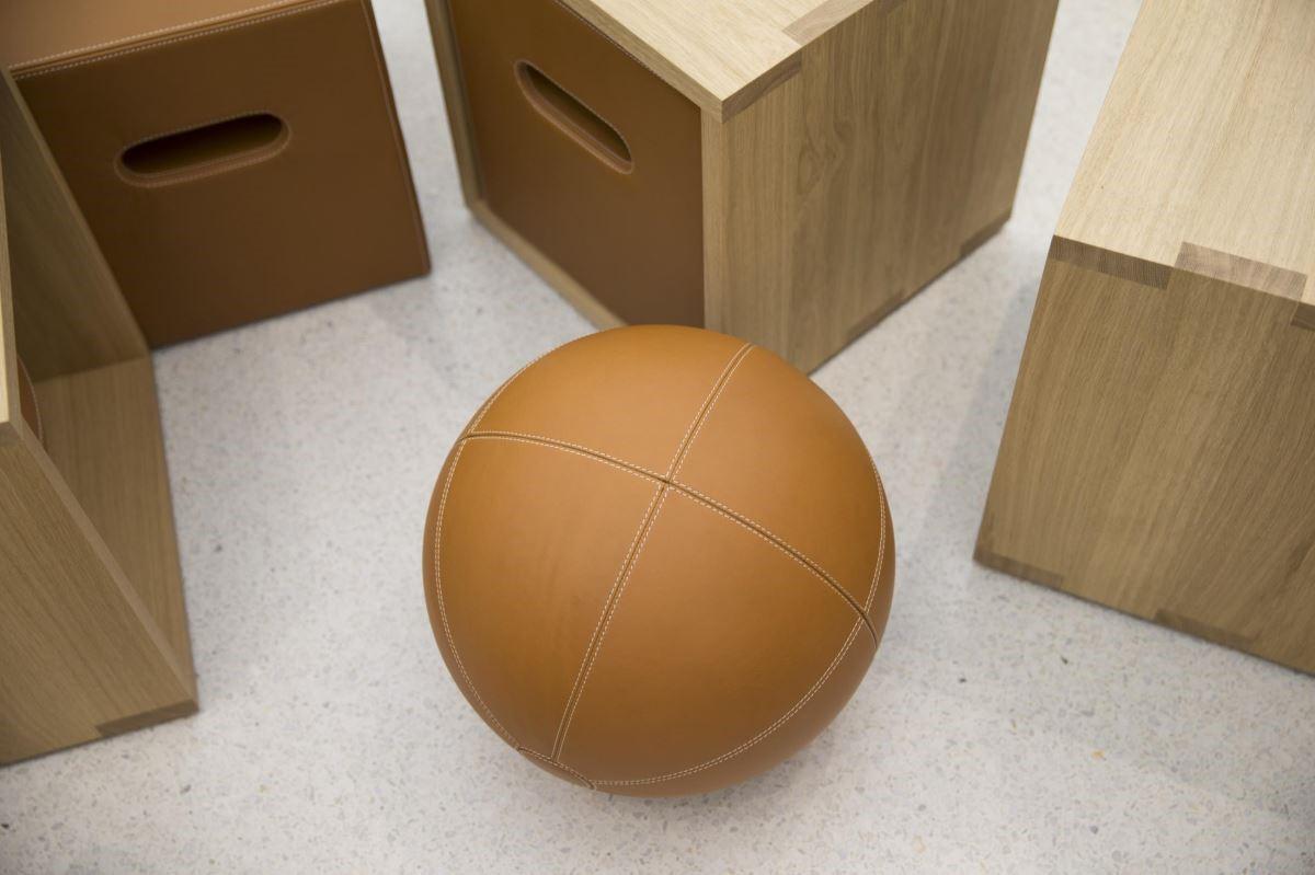 Today at Apple的互動式服務區域,將座椅設計成可移動的方塊盒子,配置抽屜或巨型球體,讓機能與趣味合一。