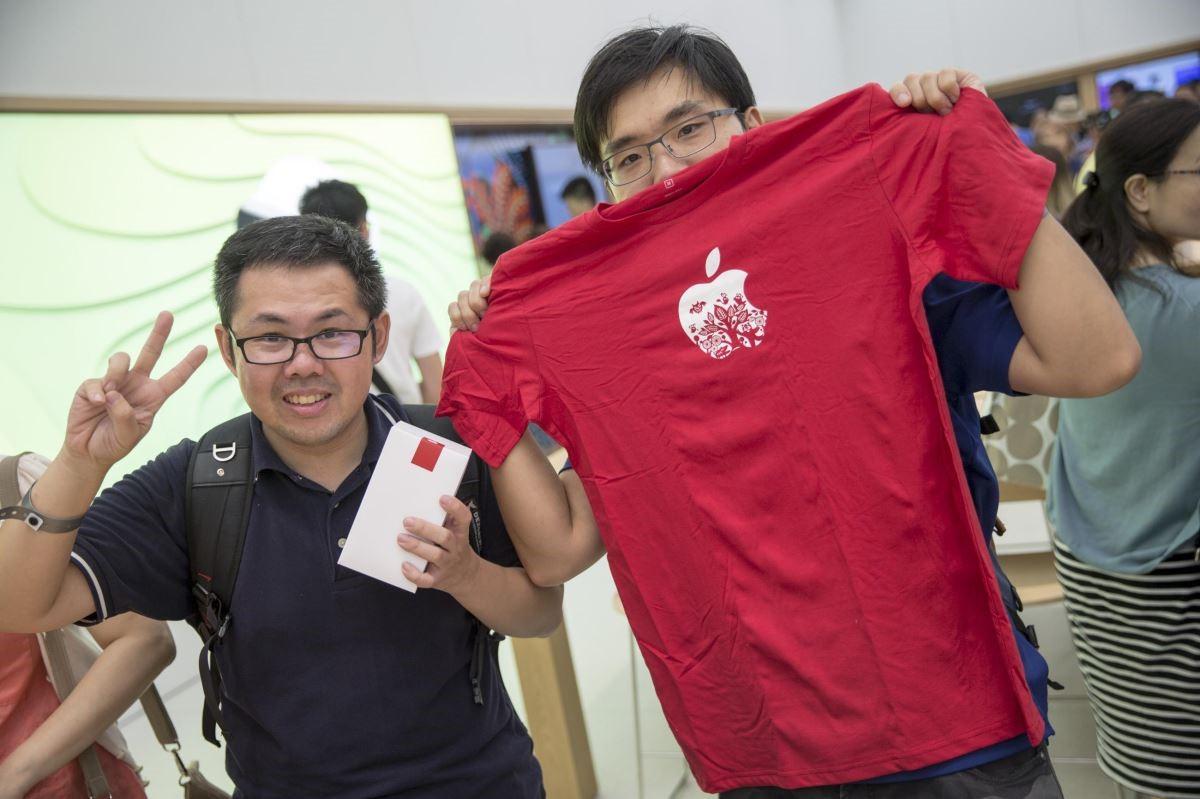 首波入店民眾可獲得限量T-shirt,獲得民眾張先生開心合照。
