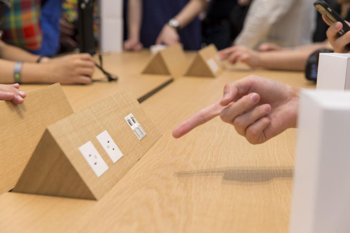 來直營店別忘滑一下這個插座盒,讓人彷彿會變魔法一般。