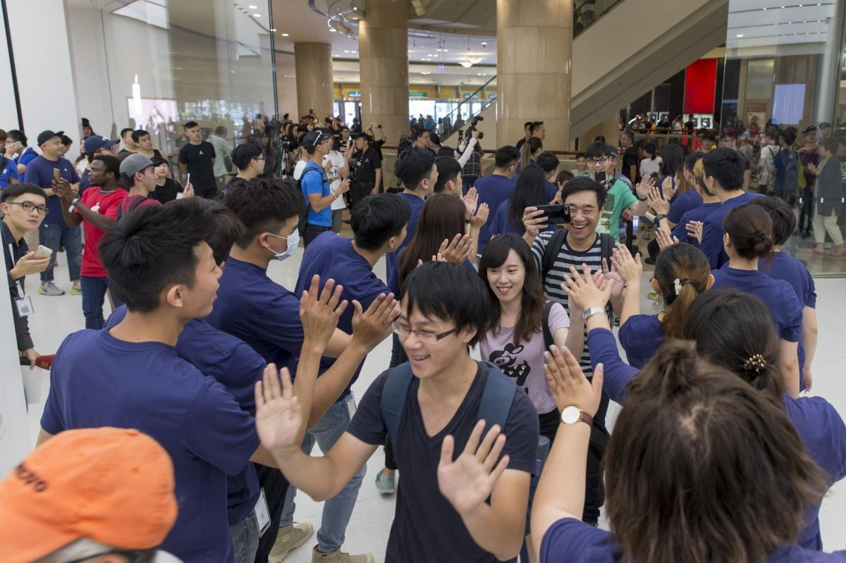 用活潑與熱情迎接首波入店民眾,讓人感受到Apple台灣直營店的滿滿活力。