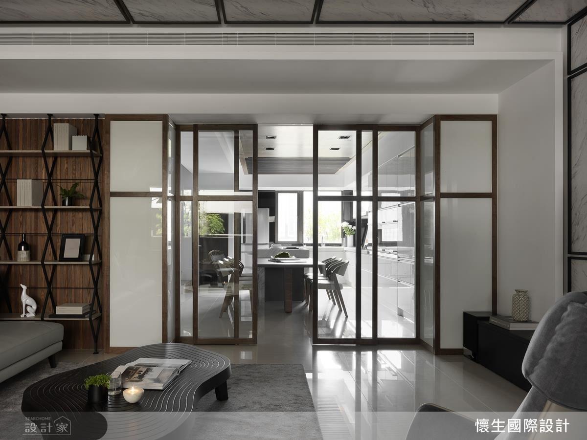 為迎合空間調性與機能性,在客廳採用電動絲柔百葉窗,避免傳統手動窗簾的繩索為公共空間帶來危險性,而電動化設備能自由調配客廳光景,帶來更多變的樣貌。