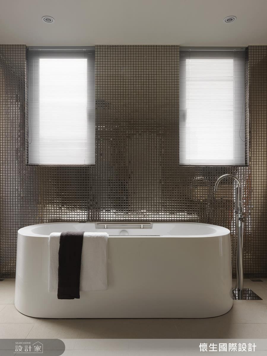 銀色鋁百葉窗與浴廁磁磚相互呼應,創造摩登時尚生活感。